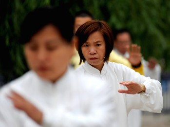 woman_doing_tai_chi_by_edwin_lee